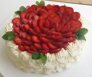 Mansikka kakku Mandeli catering